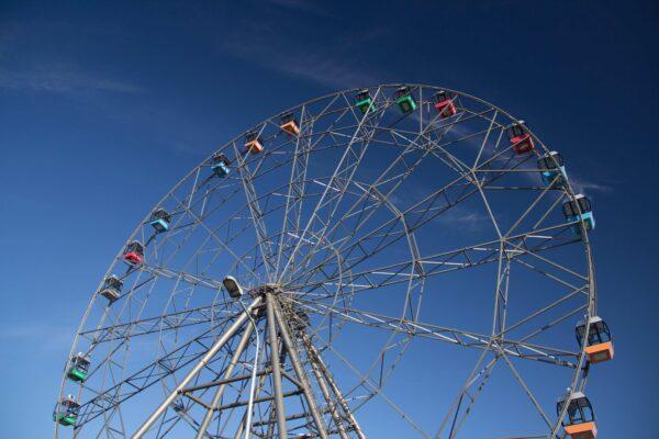 Колесо обозрения в Туле и синее небо
