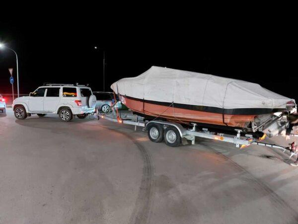 буксировка большой лодки на прицепе