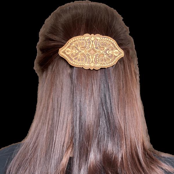 Заколка из бересты на волосах